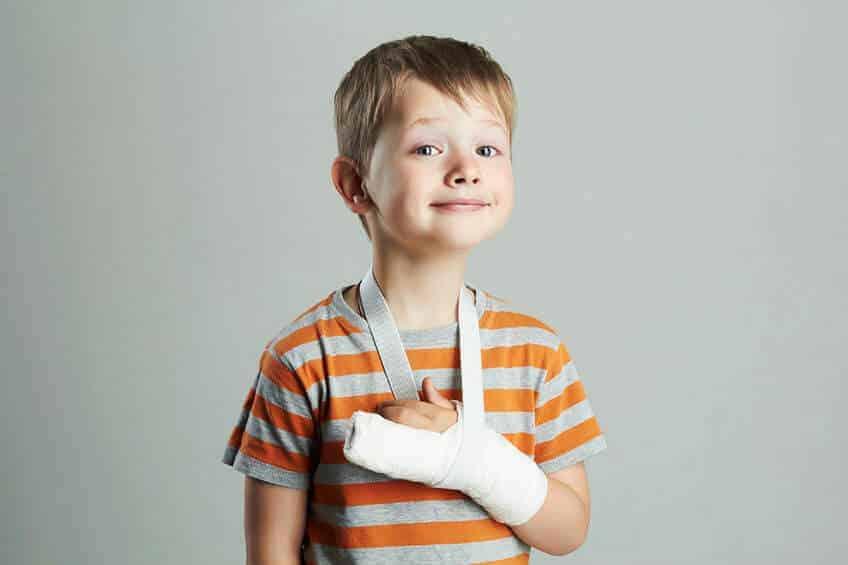 ילד עם יד שבורה- תאונה
