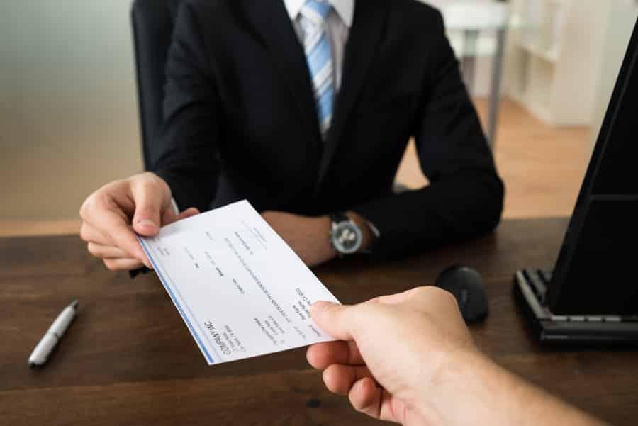 כמה עולה לשלם לעורך דין?